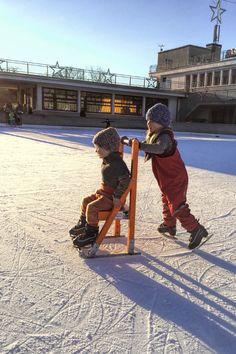 Schlittschuhlaufen mit den Kindern. Mit dem Stuhl als Schlittschuhlauf-Lernhilfe hatten die beiden viel Spass.