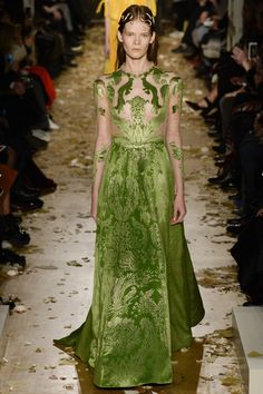Valentino meets Game of Thrones in their latest couture collection. Everything was pretty royal with golden accesories and sheer floor length gowns. See the Valentino Haute Couture S/S 2016 show below: Haute Couture Paris, Valentino Couture, Style Haute Couture, Spring Couture, Couture Fashion, Runway Fashion, High Fashion, Fashion Show, Fashion Design
