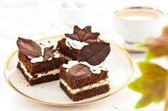 Biszkoptowe kostki z czekoladą . #biszkopt #ciasto #czekolada #czekoladoweciasto #mniam #chocolate #smacznastrona