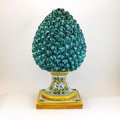 Pigna in ceramica di Caltagirone, modellata e dipinta a mano, verde Antico.  Dom. cm 30 x H cm. 55.