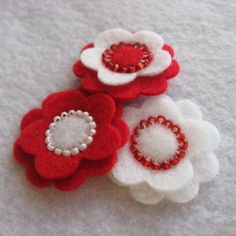 Red Felt Flower Sampler - for momru / - Album The ideas of felt,seed beads as seeds.Flowers plus Beadwork Felt Diy, Felt Crafts, Crafts To Make, Fabric Crafts, Sewing Crafts, Felt Flowers, Diy Flowers, Fabric Flowers, Barrettes