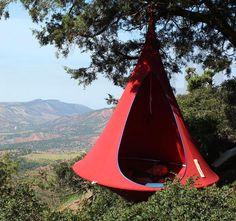 Hanging Cacoon Hide Away Siguiendo el modelo de la jerarquía colgando del pájaro tejedor, el Cacoon es un refugio al aire libre que se cuelgan de cualquier gran rama de un árbol y la casa hasta dos personas. Disponible en 3 tamaños y una variedad de colores.