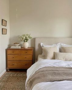Guest Bedroom Decor, Home Bedroom, Minimal Bedroom, Beautiful Bedrooms, House Rooms, New Room, Apartment Living, Home Decor Inspiration, Decoration