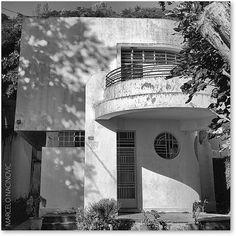Brasilian Streamline moderne: Residência Art Déco,  Residência Horácio Mendes de Oliveira Castro Filho, na Lagoa, Rio de Janeiro. Projeto e Construção: Freire & Sodré (1933).