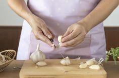 Domácí česneková šťáva pomůže nejen při artritidě Cholesterol Friendly Recipes, Cholesterol Lowering Foods, Cholesterol Levels, Diet And Nutrition, Eating Habits, Immune System, How To Stay Healthy, Good Food, Autoimmune
