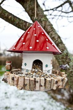 Hottest Pictures comedero pajaros bird feeders Suggestions Serving gulls will be not only a exciting informative activity that you can do with your family, but it also assists an Garden Crafts, Diy Garden Decor, Garden Projects, Diy Projects, Diy Crafts, Simple Crafts, Felt Crafts, Bird Houses Diy, Fairy Houses