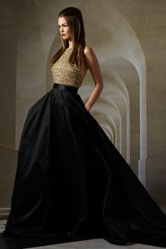 ▷ incredible ideas and inspirations for festive d .- ▷ unglaubliche Ideen und Inspirationen für festliche Damenmode festive-fashion-evening-dress-in-black-and-gold-dark-brown-smooth-hair-woman - Gold Wedding Gowns, Black Wedding Dresses, Bridal Gowns, Formal Dresses, Dresses 2016, Chic Wedding, Gold Evening Gowns, Evening Dresses, Summer Wedding Guests