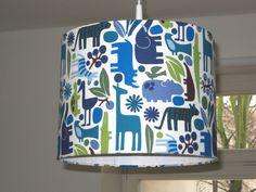 Ein echter Blickfang für jedes Kinderzimmer. Lampenschirm ist aus hochwertigem Stoff von Alexander Henry mit vielen Zootieren,100% Baumwolle.  Er wird ohne Leuchtmittel und Aufhängung...