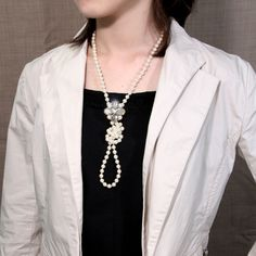 A versatile set: the necklace is worn doubled or knotted as in the pic here, with or without the brooch attached to it. With necklace worn double or used as bracelet, the brooch can be attached to the clothes instead. (tutorial)