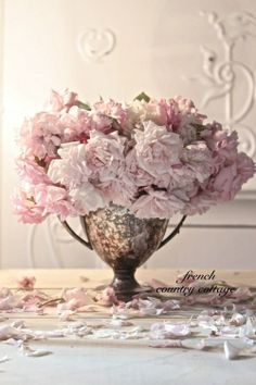 Trophyology approved! Can't go wrong with an antique silver trophy cup + blush colored roses. <3