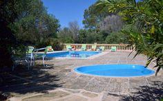 Finca Yolanda   Die über 300 Jahre alte Apartmentfinca liegt in ruhiger Lage zwischen Manacor und Colonia San Pere. Mit ihren 11 freundlichen Wohneinheiten für 2-6 Personen, 2 Pools, einem Kinderbecken und einem Spielplatz bietet Sie die idealen Voraussetzungen für einen erholsamen Urlaub in einem familienfreundlichen Ambiente.
