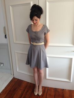 Doris Dress - aus Wollcrepe und mit stoffbezogenen Knöpfen sieht das gleich sehr edel aus!