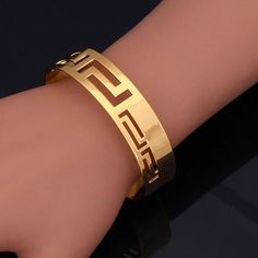 Dans un esprit grec, ce bracelet jonc en finition Or Jaune Laminé 18 Carats est perforée selon un motif sophistiqué. Originalité et élégance sont au rendez-vous dans cette création signé Hon'Or Empire.