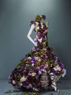 Vestido Alexander McQueen de organza com flores naturais