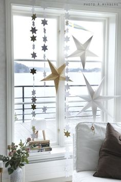 Paper star Christmas decor in a Swedish home. Swedish Christmas, Noel Christmas, Scandinavian Christmas, Winter Christmas, Christmas Decor, Christmas 2017, Christmas Ideas, Christmas Feeling, Christmas Interiors