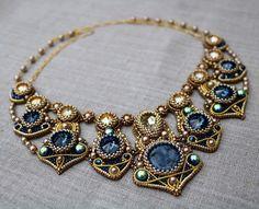 Keine Ahnung, wer diese Schönheit gefertigt hat, aber es ist eine zauberhafte Verbindung von Perlen und Wire-Work geworden!