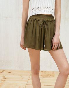 Gonna pantalone in cotone leggero e satin. Scopri questo e molti altri capi su bershka.com con nuovi prodotti ogni settimana