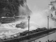Poco fa a #IschiaPonte.  Il vento si è placato, l'acqua alta a #Ischia Ponte, lentamente, si sta ritirando e i collegamenti con la terra ferma, se pur ancora a singhiozzo, sono ripresi.    P.S. Un doveroso ringraziamento va al Sig. #Scirocco che ha saggiamento atteso la chiusura degli alberghi isolani per scatenarsi ;)