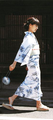 Kimono and yukata are considered Japanese traditional clothes and they are worn in special festivals all year. Japanese Yukata, Japanese Outfits, Japanese Girl, Geisha, Traditional Kimono, Traditional Dresses, Traditional Fashion, Traditioneller Kimono, Summer Kimono