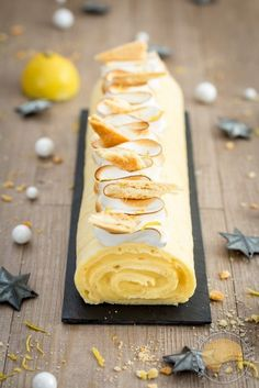 Christmas log rolled in lemon meringue pie Food Xmas Food, Christmas Cooking, Christmas Log, Christmas Recipes, Christmas Ideas, Köstliche Desserts, Dessert Recipes, Food Porn, Thermomix Desserts