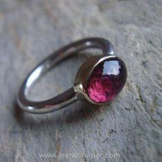 www.jeanetkuiper.com Zilveren ring met roze toermalijn in geelgouden zetting