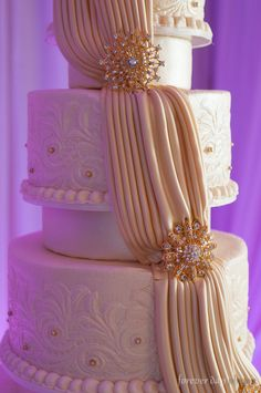 This wedding cake is flawless…. photographer: forever day photography