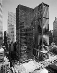 """1960 """"Fuente de inspiración"""" La plaza pública del Seagram Building se convierte en un lugar de reunión popular, inspirando a la Ciudad de Nueva York para promulgar nuevos incentivos de zonificación para que los promotores creen """"espacios públicos de propiedad privada."""" El Edificio Seagram y la fuente se presentan en la clásica película de 1961, Desayuno con diamantes, protagonizada por Audrey Hepburn."""