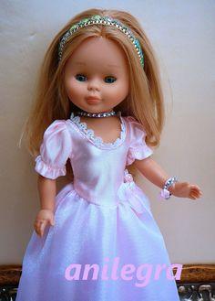 Dicen que todas las niñas quieren ser princesas ....,   pues a las muñecas les pasa igual,   Por eso un día sin darme cuenta me lié a h...