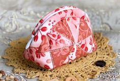 El maquillaje cosmético del bolso del remiendo.  Como hacer tutorial de bricolaje de costura edredón