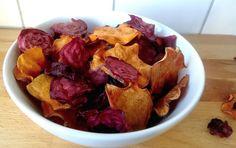 Ugnsbakade rotfruktschips är ett hälsosammare alternativ till många andra snacks, och dessutom är det riktigt gott. Här följer ett recept på hur du enkelt gör krispiga chips på sötpotatis och rödbetor. Detta behöver du till sötpotatischips 1...