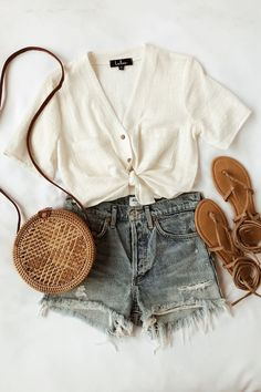 Lift My Ghosts White Button-Up Crop Top - Sommer-Strand-Outfit - Summer Dress Outfits Cute Summer Outfits, Cute Casual Outfits, Spring Outfits, Casual Summer Clothes, Summer Vacation Outfits, Casual Summer Fashion, Summer Dresses, Summer Clothing, Summer Beach Fashion