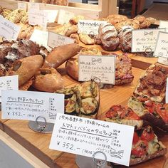 フードスケープ (foodscape!) Farmers Market Display, Market Displays, Bread Display, Bakery Interior, Bread Shop, Osaka, Deli, Place Card Holders, Sweets