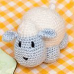 patron gratis oveja amigurumi | free pattern amigurumi sheep Amigurumi Free, Amigurumi Patterns, Crochet Patterns, Easter Crochet, Crochet For Kids, Free Crochet, Crochet Dolls, Crochet Hats, Funny Toys