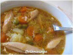Sopa de pollo con verduras, dicho así suena a sopa de sobre, verdad?. Pero es solo una cuestión de nombre, porque esta sopa es de lo más casero, de principio a fin. El principio es hacer un caldo con pollo, una pechuga o un muslo ( si lo queremos desgrasado...