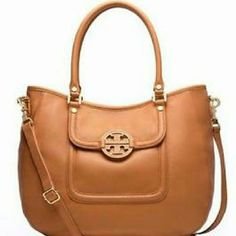 """Authentic Tory Burch Amanda Classic Hobo Magnetic snap closure. Exterior back slit pocket. Interior zipper pocket. 2 Additional interior open pockets. Logo jacquard lining. 60mm Leather inset logo. Interior Tory logo plaque. Tubular leather handle with 7"""" drop. Removable, adjustable crossbody strap measuring 24"""" at longest. Have cell phone pocket & protective metal feet.  Bag is in excellent Like New Condition, only use once, there's no stain or sign of wear. Practically new, come with dust…"""