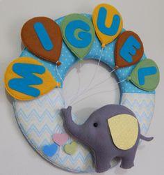 Guirlanda para porta de maternidade no tema elefante com balões. Modelo slim, toda confeccionada em feltro. O diâmetro da base da guirlanda é de 30 cm. Todos os itens podem ser personalizados nas cores desejadas.