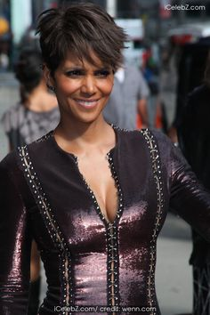 Halle Berry  leaves the Late Show with David Letterman http://icelebz.com/events/halle_berry_leaves_the_late_show_with_david_letterman/photo1.html