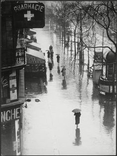 Brassaï: La Pluie / Passers-by in the Rain, Paris, 1935