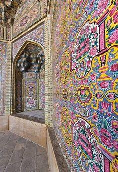 کاشی کاری گل صورتی در مسجد نصیرالملک   شیراز Tiling pink flowers Nasir al-Mulk Mosque in Shiraz