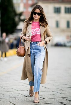 Miroslava Duma - Day 1 of Fall 2016 Milan Fashion Week Street Style, jeans, camiseta, sobretudo, look casual Milan Fashion Week Street Style, Look Street Style, Milano Fashion Week, Autumn Street Style, Cool Street Fashion, London Fashion, Street Styles, Hipster Outfits, Mode Outfits