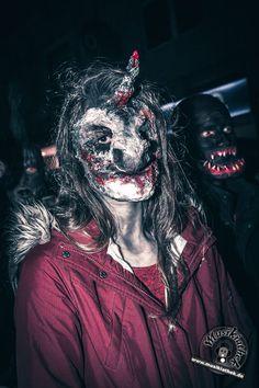 Entlaufener Einhorn Zombie. Sehr cool umgesetzt! Ein paar weitere schaurige Kostüm und Makeup Ideen für Halloween oder Karneval gefällig? Willkommen in der Grusel Abteilung. Einige der besten Horror Kostüme und Makeups findet ihr auf der Website :) #zombie #horrormakeup #karneval #halloween #halloweencostume #halloweenmakeup #karnevalskostüm