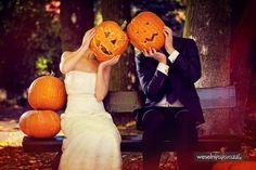 Calabazas, murciélagos, arañas, máscaras, gadgets divertidos y maquillaje espeluznante son algunos de los elementos de esta divertida fiesta, la cual cada vez se incorpora más en nuestra cultura. Esta tradición nos remonta en esta ocasión a una sesión de fotos de boda inspirada en Halloween, por qué ¿qué es una boda sin algo de diversión y detalles originales?