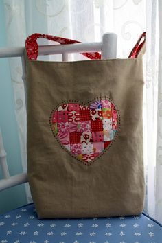 Made another bag following the Hexagon Tree Tote pattern from Handstitched Class with reverse applique on the front
