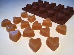 Lækre bløde hjemmelavede flødekarameller, når de er bedst. Disse karameller laves hurtigt og nemt i mikrovnen. Der kan tilsættes smag - foreksempel lakrids