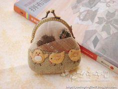 오늘은 애니멀로 시작해서 애니멀로 마무리...ㅋㅋㅋ 귀여운 병아리떼 아플리케 패턴의 동전지갑입니다. 다... Japanese Patchwork, Japanese Bag, Japanese Quilts, Cute Coin Purse, Coin Bag, Mini Purse, Patchwork Designs, Patchwork Bags, Quilted Bag