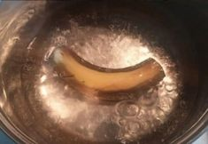 Boil a banana, drink water before bed and watch what happens to your sleep - Healthy Vegan Repices Banana Cinnamon Tea, Banana Tea, Banana Drinks, Water Before Bed, Water Bed, Natural Sleeping Pills, Sleep Issues, How To Stay Awake, What Happened To You