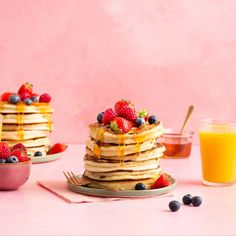 American Pancakes met vers fruit en honing | Bakken.nl American Pancakes, Vers Fruit, Breakfast, Desserts, Main Courses, Morning Coffee, Tailgate Desserts, Main Course Dishes, Deserts