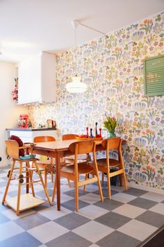 How to decorate the kitchen wall? One of the beneficial we can do is applying kitchen wallpaper. With this article will give some kitchen wallpaper ideas. Kitchen Wallpaper Design, Vintage Style Wallpaper, Sweet Home, Deco Retro, Dining Room Walls, Kitchen Dining, Kitchen Retro, Dining Table, Kitchen Walls