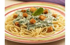 Zielone spaghetti z grzankami - przepis z portalu Przepisy.pl