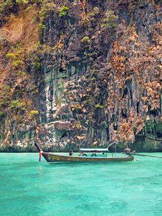 Indo para a Tailândia? Não deixe de visitar a tranquila Railay Beach e a agitada Koh Phi Phi.  Damos dicas de um hotel super legal para a sua hospedagem em Railay Beach.